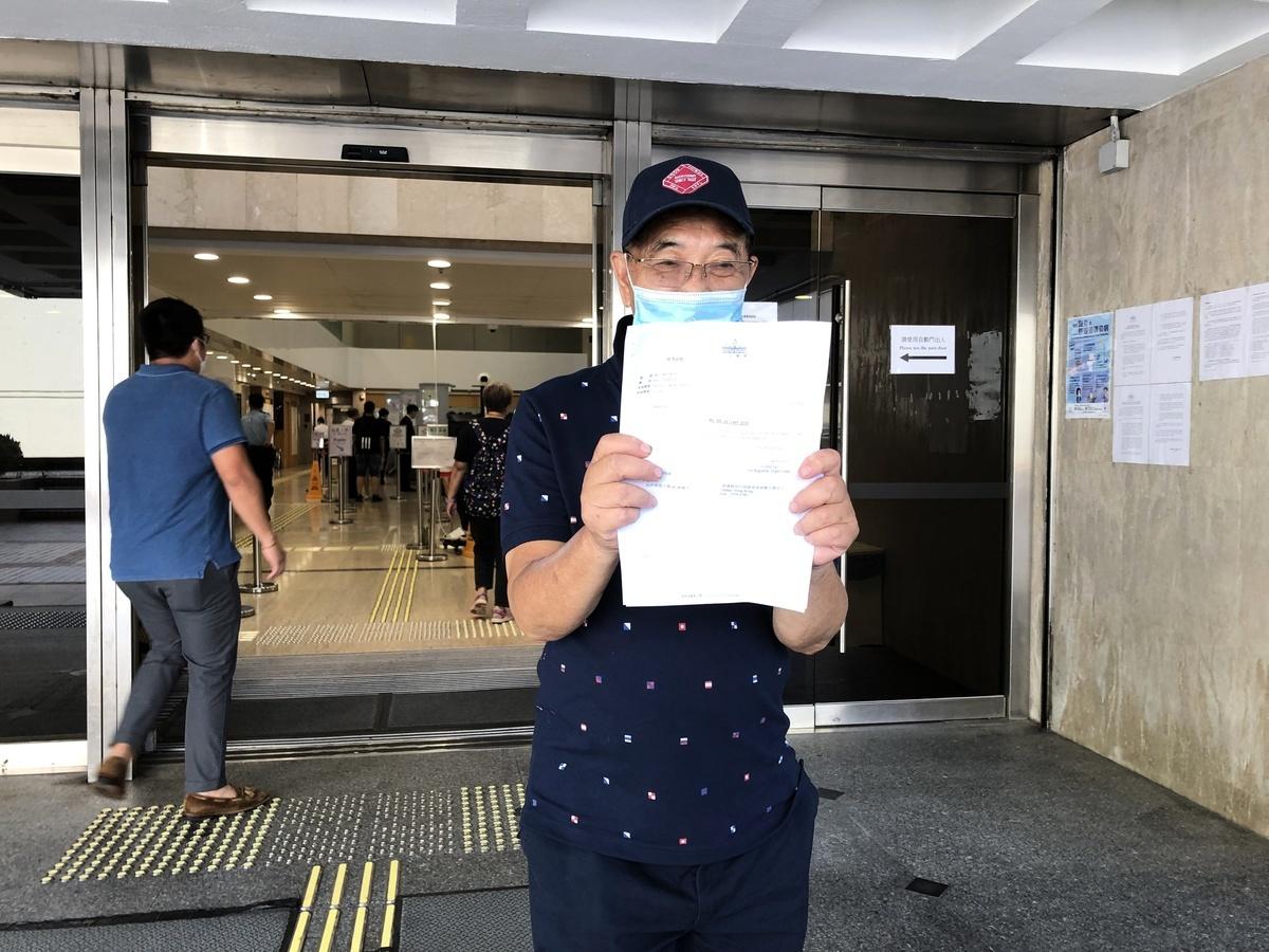 7月13日下午,郭卓堅前往高等法院取回就「港版國安法」申請司法覆核被駁回的判詞。(張曉慧/大紀元)