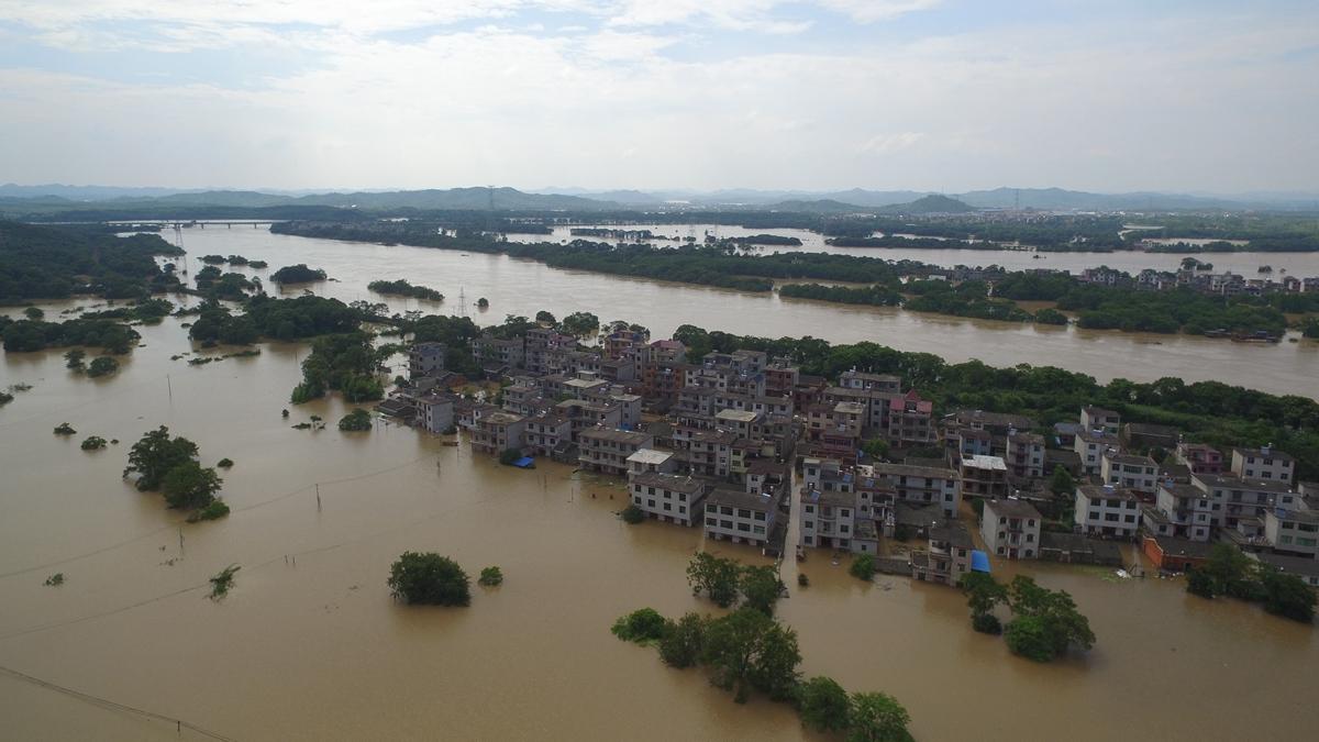 中國長江流域暴雨成災,湖北、江西多地接連出現潰壩,目前部份潰堤口仍持續擴大,示意圖。(STR/AFP via Getty Images))