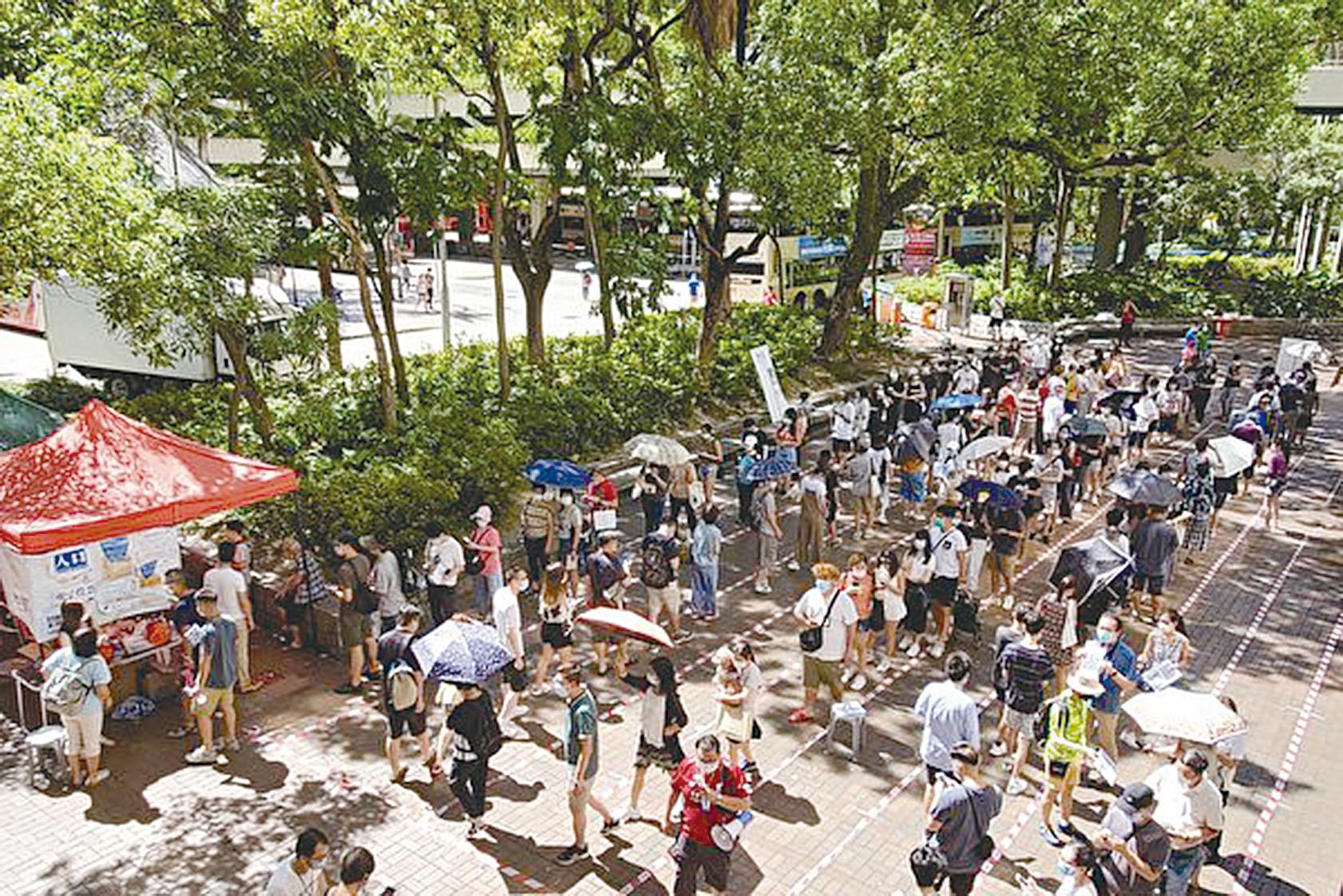 2020年7月12日,香港大埔廣場票站有大批市民等候參與民主派初選投票。(宋碧龍/大紀元)