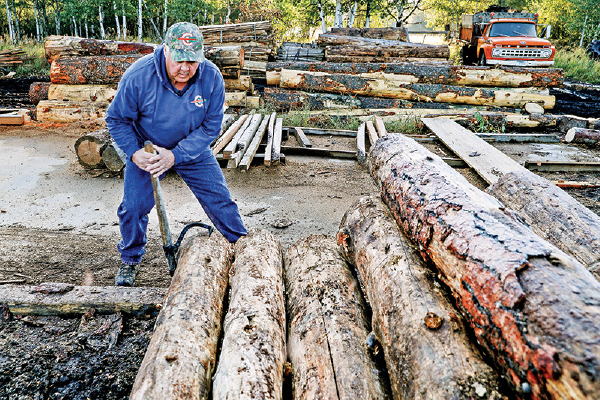 2019年9月,蒙大拿州板材加工商Juice Custom Cutting 所有人在挪動木材。(Getty Images)