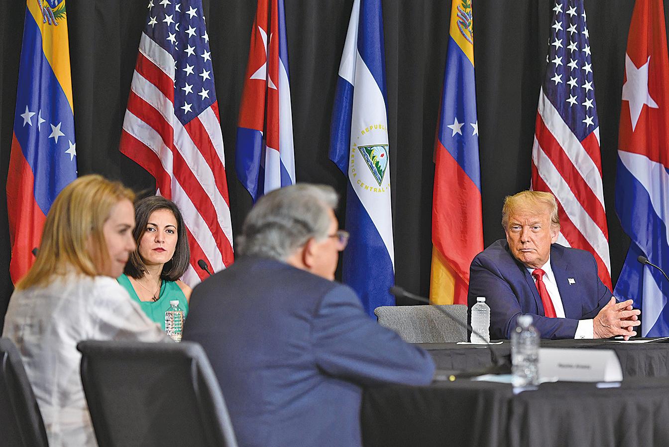 美國總統特朗普於7月10日,在佛羅里達州的伊格萊西亞多拉耶穌禮拜中心參與了委內瑞拉和古巴的社運人士們的圓桌會議。(AFP)