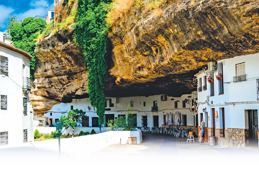 最奇特的小鎮!在巨型石頭下壓了600年