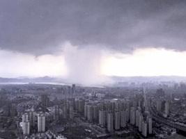 昆明驚現大雨柱 民:天空穿了一個洞