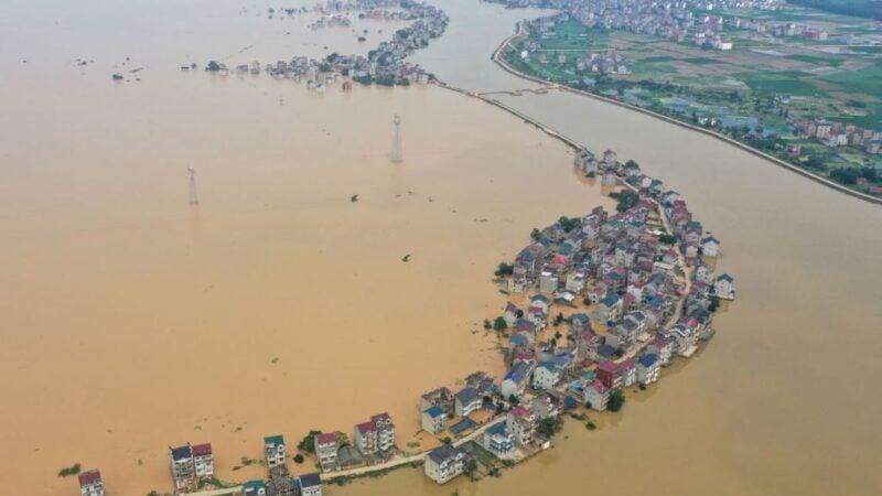 中國江西中部九江2020年7月因洪水大壩潰堤後被淹沒的街道和被淹沒的建築物鳥瞰圖。(STR/AFP via Getty Images)