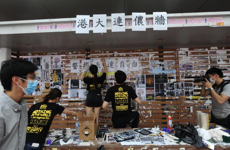 香港大學學生會14日發起「重建港大連儂牆」行動。(宋碧龍/大紀元)