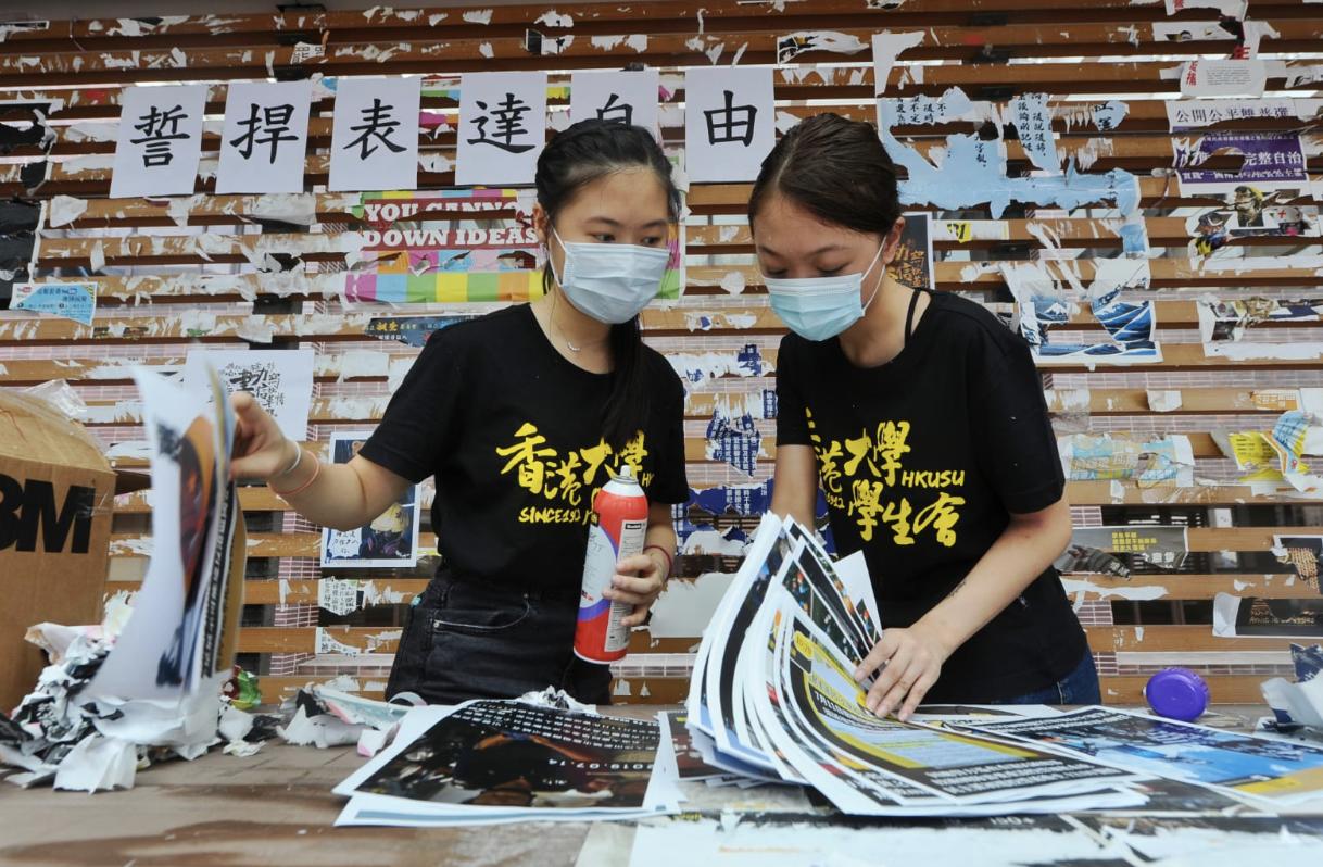 香港大學學生會今14日發起重建港大連儂牆行動。(宋碧龍/大紀元)