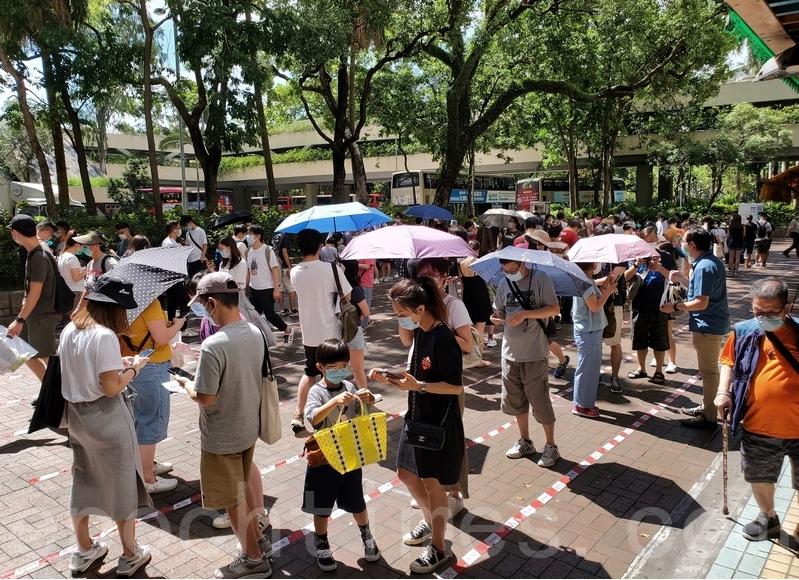 上周末(7月11/12日)天氣酷熱,民主派初選獲61萬民眾投票。圖為在大埔廣場排隊投票的民眾。(大紀元資料圖片)