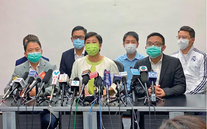黃碧雲昨日在其他民主黨立法會議員陪同下召開記者會,承認在民主派初選中落敗,並宣佈不會報名9月的立法會選舉。(肖龍/大紀元)