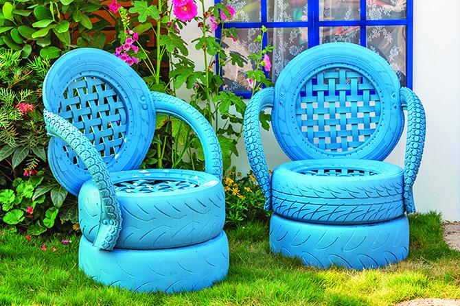 運用廢棄的輪胎,重新製作成可以使用的戶外椅。