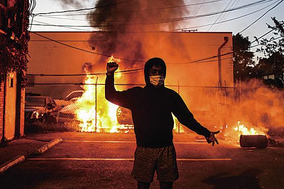 5月29日在明尼阿波利斯市的暴 動。(AFP)