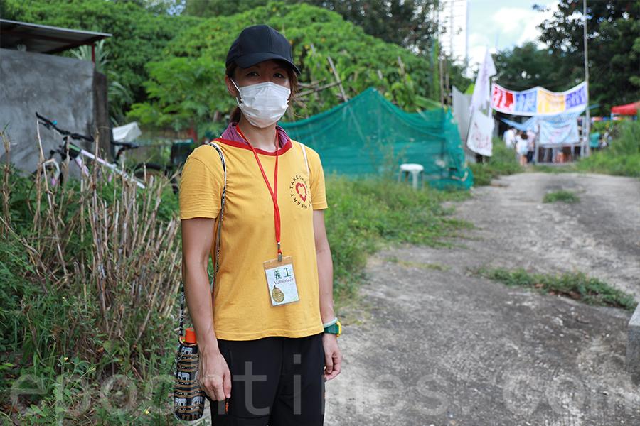 橫洲綠化帶發展關注組義工Amy常常組織導賞團,帶公眾人士走訪橫洲三村。(陳仲明/大紀元)