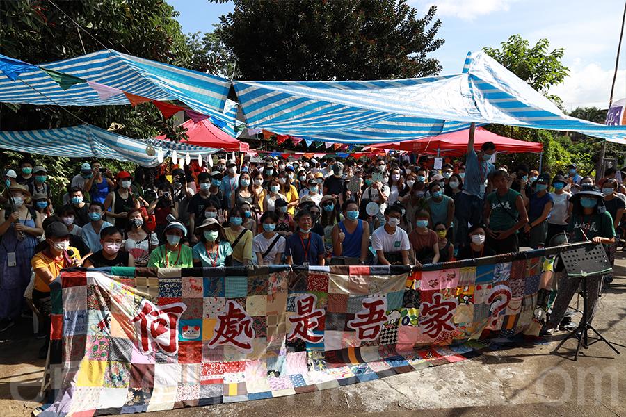 今年最後一屆「大樹菠蘿節」村民和參加者在百家布前合照。(陳仲明/大紀元)