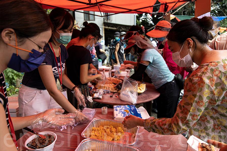 「大樹菠蘿節」參加者試食橫洲產的大樹菠蘿。(陳仲明/大紀元)