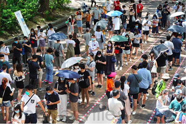 2020年7月12日,香港人到大埔廣場票站等候參與民主派初選投票。(宋碧龍/大紀元)