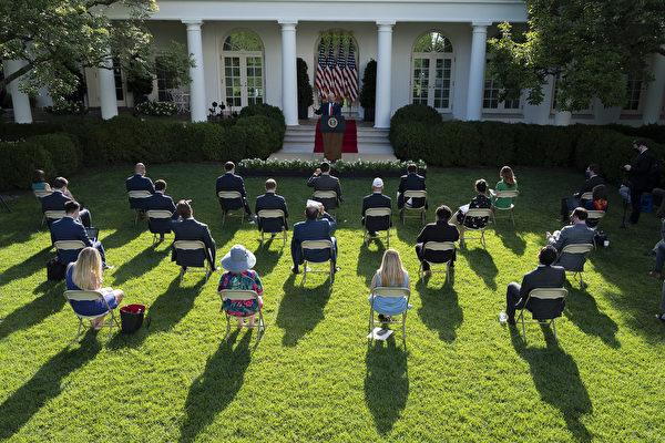 特朗普總統於7月14日在白宮玫瑰園講話。 (JIM WATSON/AFP)