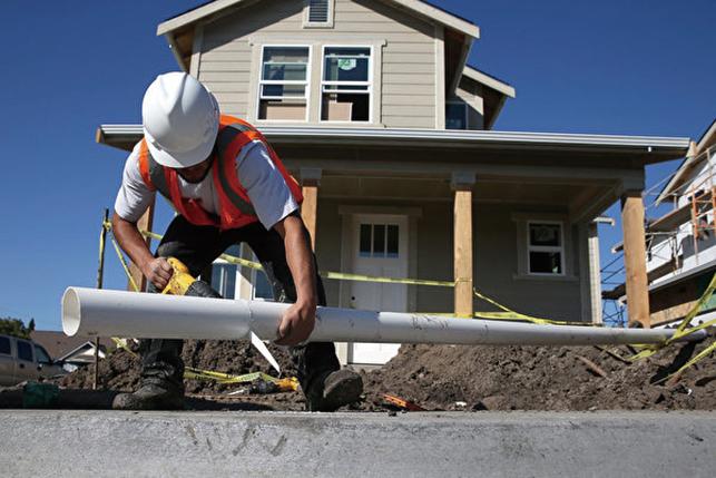 2015年1月,加州一名建築工人正在建造新屋。(Getty Images)