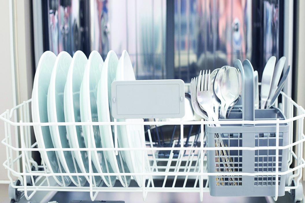可以將碗盤直接放入烘碗機,並打開烘碗機的門等待瀝乾。