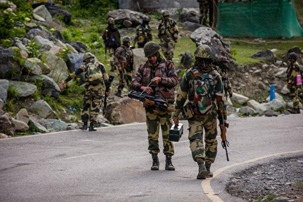 中印兩軍高層7月14日舉行第四次會談,持續近15小時。圖為中印邊境印度士兵。(Yawar Nazir/Getty Images)
