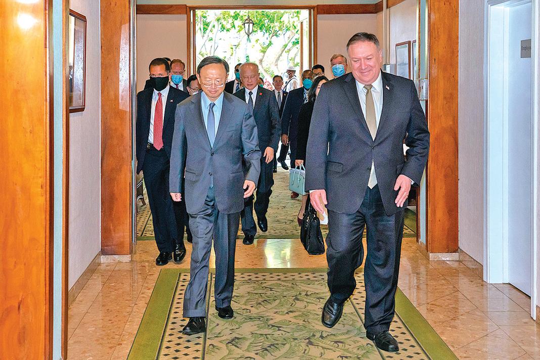 蓬佩奧(右)六月份在夏威夷會見了中共最高外交官楊潔篪(左)。目前美中官員互動的氣氛顯然已改變。(蓬佩奧官方推特)