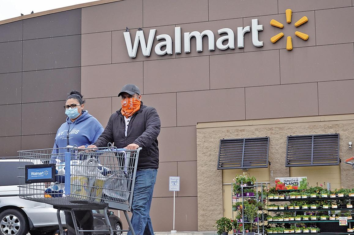 美國最大零售商沃爾瑪(Walmart)7月15日宣佈要求顧客戴口罩或面罩的規定。(Getty Images)