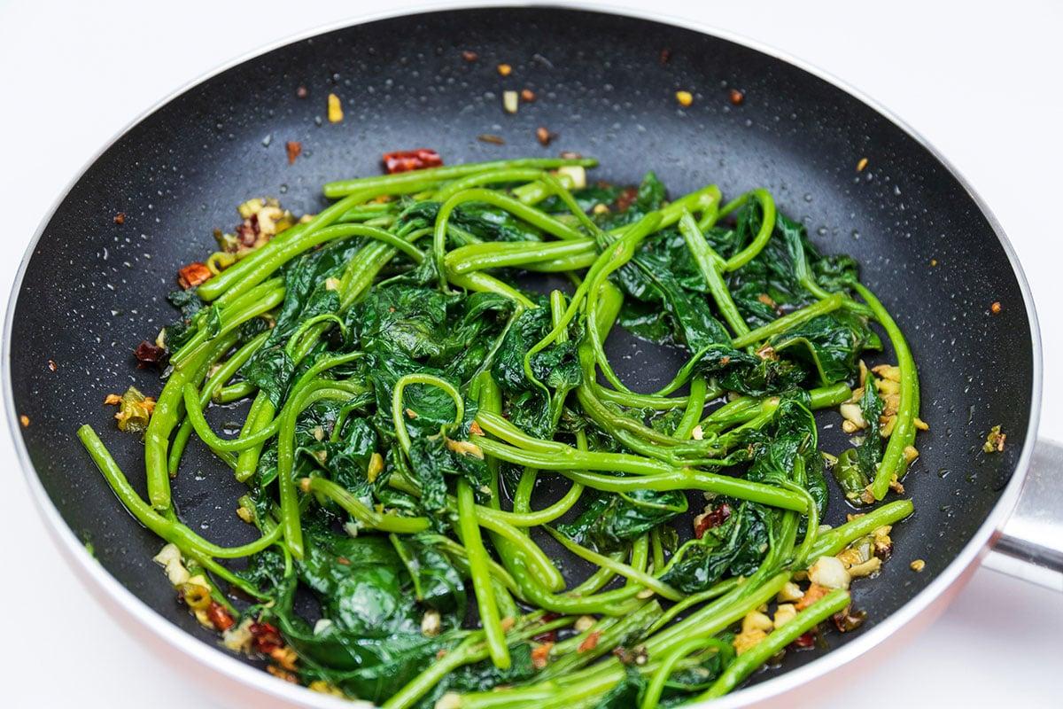 用不沾鍋炒蕃薯葉,容易控制用油量。