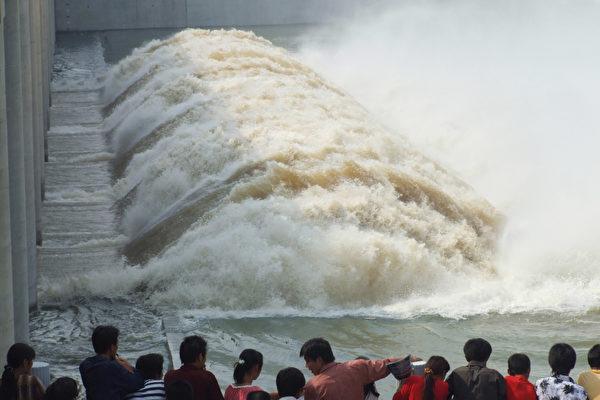安徽省目前面臨長江、淮河兩大河川水位同步上漲的情況,有南北夾擊之勢。圖為安徽省姜唐湖往昔開閘洩洪,洶湧的洪水湧向蓄洪區。(大紀元資料室)