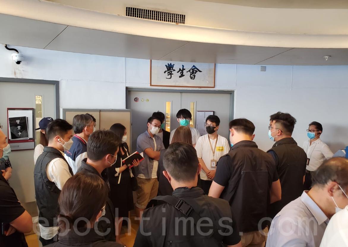 7月17日,警方持搜查令進入香港理工大學校園搜查,以調查一宗暴動罪。(宋碧龍/大紀元)