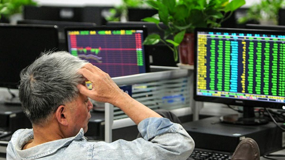 中國股市大漲一周即全線暴跌,網民感嘆「割韭菜」太快。(STR/AFP/Getty Images)
