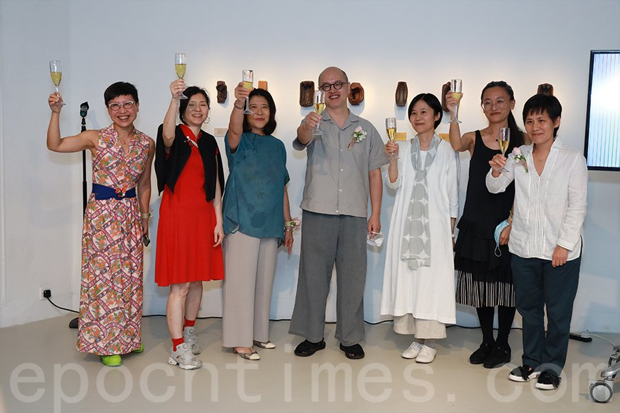 香港藝術學院院長陳育強教授(左四)表示:「學習藝術的最大得著是以柔軟的心來處理危機,並視之為更新的機遇。」(陳仲明/大紀元)