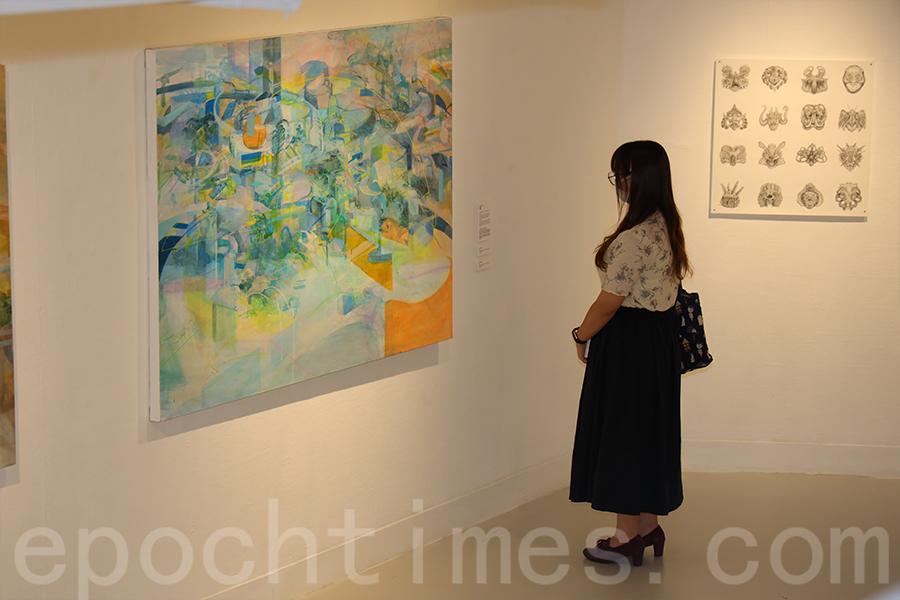 林嘉儀創作的作品,用不同的色調表達不同的心情和城市觀感。(陳仲明/大紀元)
