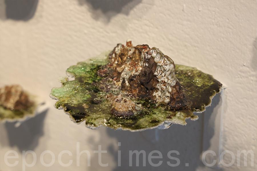 洪樂敏拾起不同地域的磚石,再結合陶瓷創作出一個個漂浮的小島。(陳仲明/大紀元)