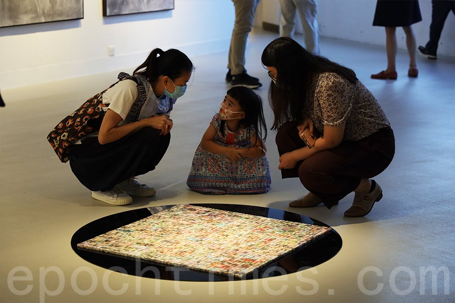 張馨儀用擦膠組成的作品想表現「消耗與保存」的關係。(陳仲明/大紀元)