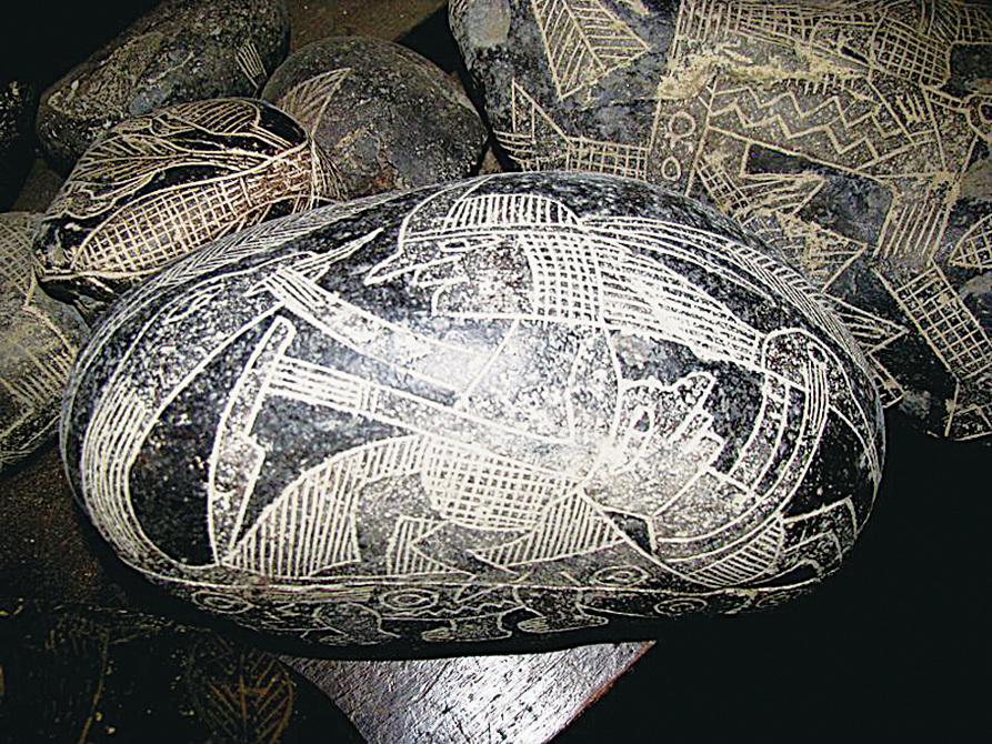 一個人騎在恐龍形狀的背上,手拿著匕首。(網絡圖片)