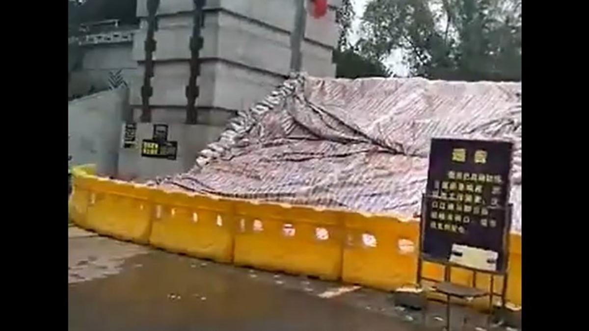 武漢沿江防洪大堤多處滲水,有的地方還用許多沙袋加固防洪堤(影片截圖)