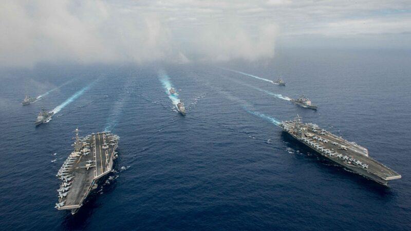 圖為美國兩個航母戰鬥群軍演示意圖。(Specialist 3rd Class Jake Greenberg/U.S. Navy via Getty Images)