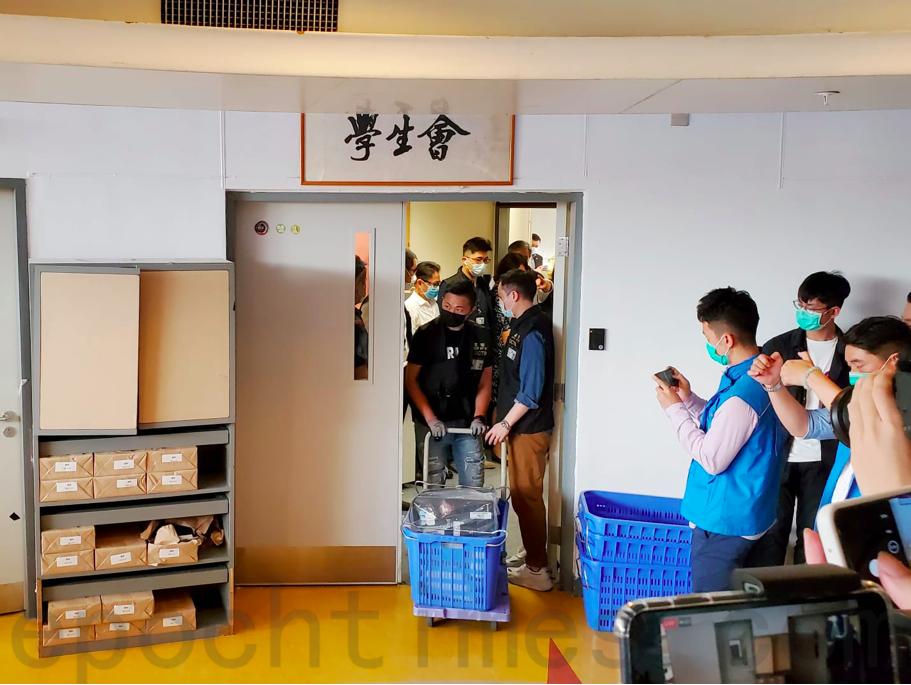 7月17日,警方搜查理工大學學生會會室,並檢走電腦。(宋碧龍/大紀元)