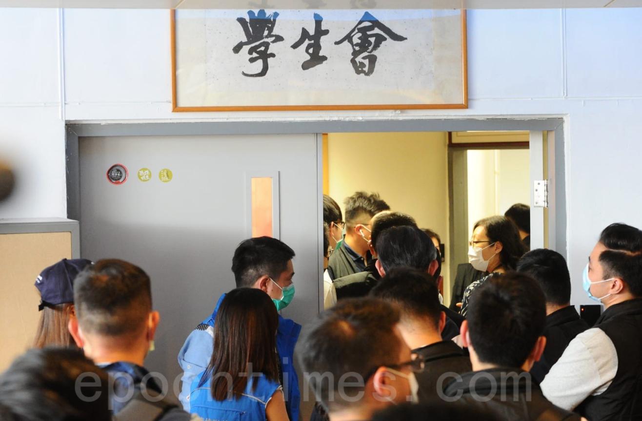 學生會成員沒有為警方開門,警方在校方協助下進入學生會會室。(宋碧龍/大紀元)