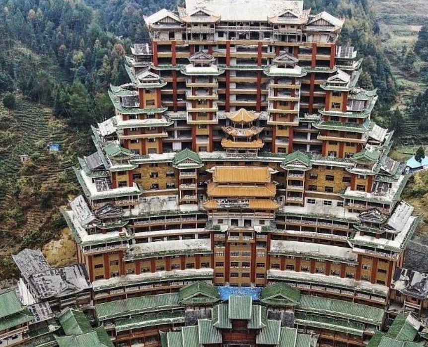 中國貴州省獨山縣是廣為人知的國家級貧困縣,為建形象工程舉債400億元,最終以爛尾收場。圖為:獨山縣天下第一水司樓。(網絡圖片)