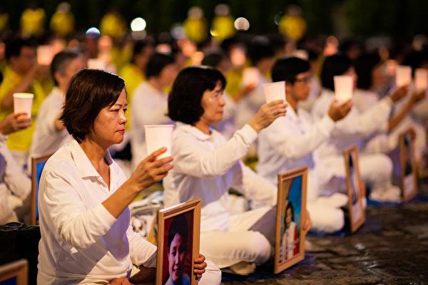 台灣北部部份法輪功學員2019年7月20日晚間,在台北市民廣場舉行反迫害20周年燭光悼念會。(陳柏州/大紀元)