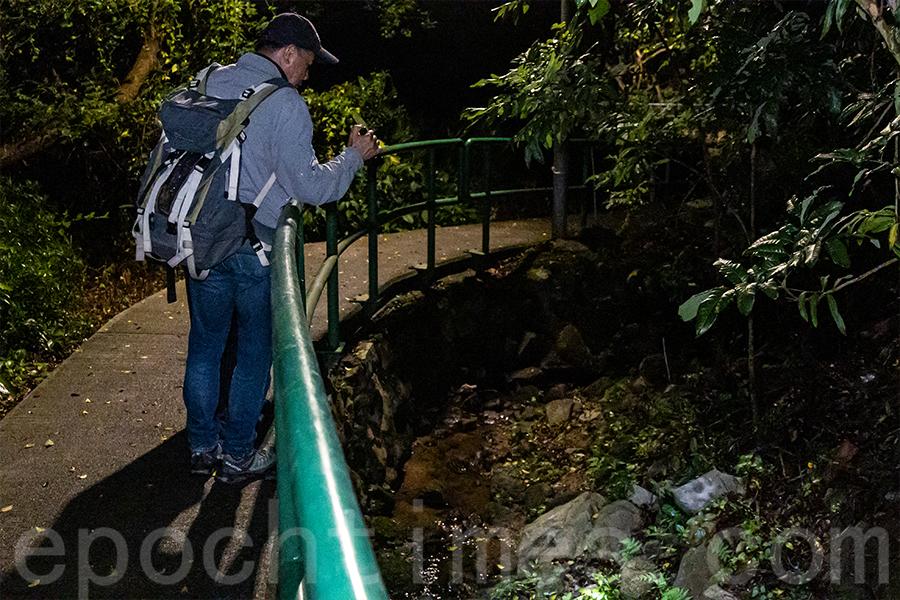 陳錦偉在溪邊發現了幾隻疑似新品種的南海溪蟹。(陳仲明/大紀元)
