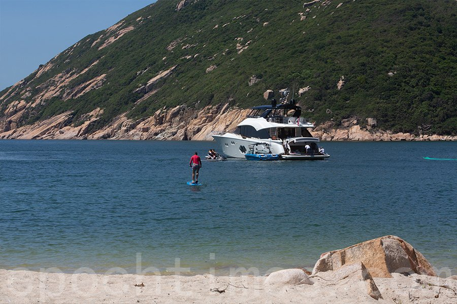 南丫島南部的深灣海域每年暑期深灣海面都有不同的遊艇停泊,人類水上活動將影響綠海龜產卵。(受訪者提供)