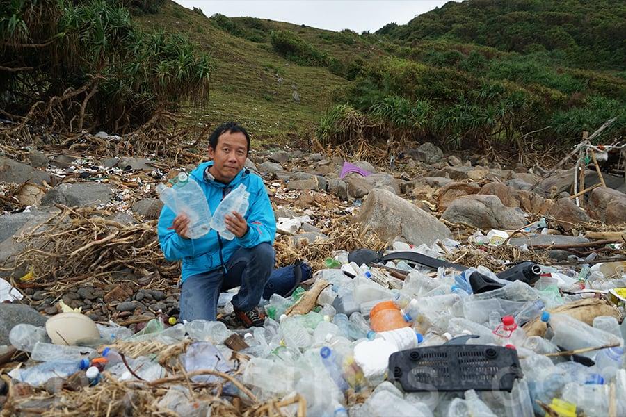 陳錦偉同時積極參與各種淨灘行動,希望盡一己之力愛護大自然。(曾蓮/大紀元)