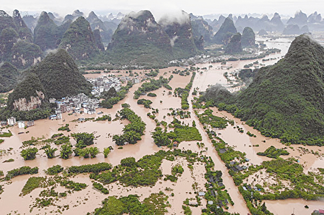 2020年6月7日,廣西南部的陽朔,2020年6月7日,廣西南部的陽朔,大雨造成洪水,淹沒街道和建築物。(STR/AFP via Getty Images)大雨造成洪水,淹沒街道和建築物。(STR/AFP via Getty Images)