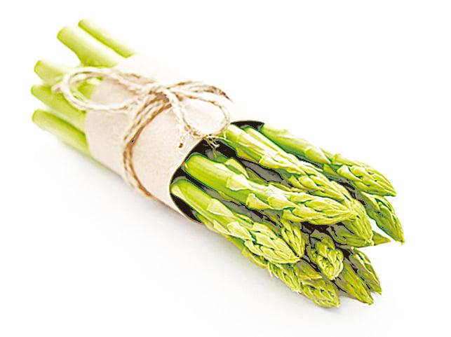 保存蘆筍時,可先切除根部粗糙的部份,用塑膠袋包起來,像插花一樣插在杯中。