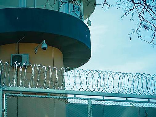 北京女子監獄高壓電網及崗樓。(大紀元)