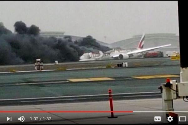 阿聯酋航空(Emirates airline)一架客機8月3日中午緊急降落在杜拜機場時「硬著陸」,機身著地起火冒濃煙。(YouTube截圖)