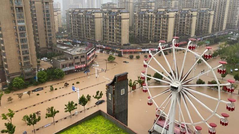 網傳圖片顯示,18日,金寨縣城區街道已變河道,車輛只見車頂。(微博圖片)