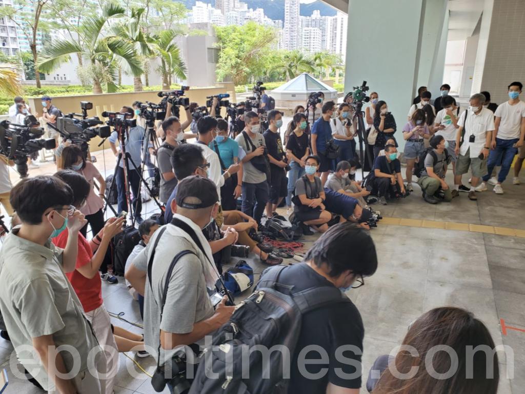 黃之鋒希望世界了解「香港人不屈不撓的意志,我們會繼續在這樣一個惡劣形勢下,保持我們的鬥志。在這個『存亡號召』的時刻,希望透過參選,讓世界知道,香港人面對共產政權的打壓,仍然選擇不投降。」圖為來自世界各地的媒體關注黃之鋒的參選。(宋碧龍 / 大紀元)