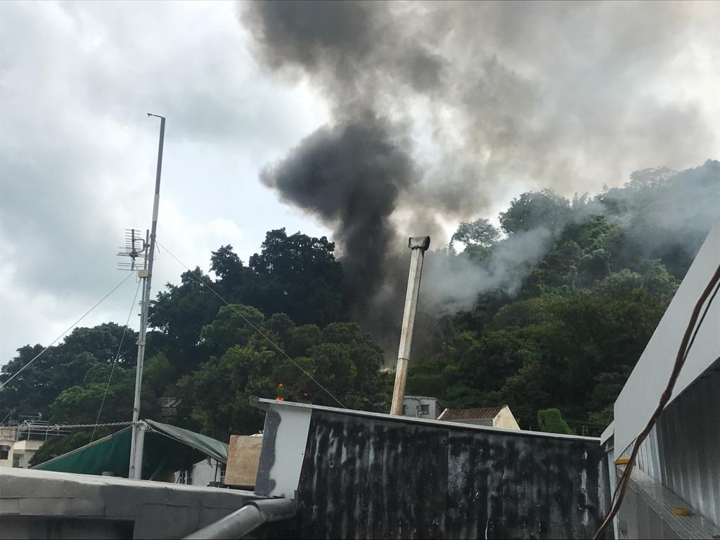 今日下午2時許,大澳吉慶後街半山有棚屋起火,濃煙衝天。(大澳居民梁小姐提供)