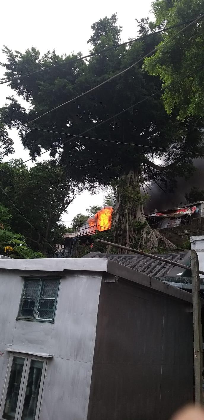 今日下午2時許,大澳吉慶後街半山有棚屋起火。(大澳居民梁小姐提供)